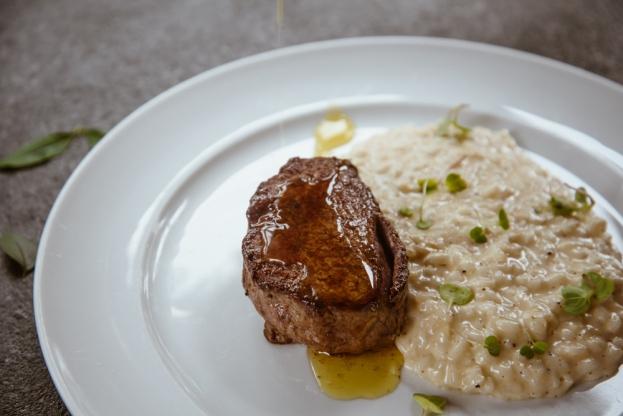 Medalhão de mignon com risoto de queijo_GastroNight +55_30-10