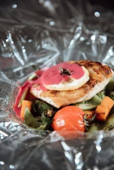Papillote de peixe com verduras salteadas e molho champagne com beterraba_GastroNight +55_chef Celso Freire_