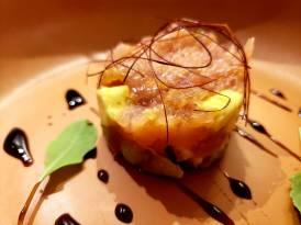 Tartar de atum com foie gras com pequenos fios de pimenta especial.