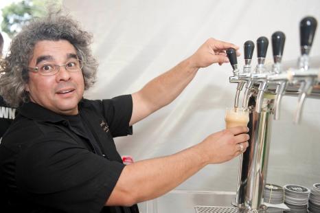 A Cervejaria Badebrown de Curitiba Pr convidou o cervejeiro americano Greg Koch da Stone Brewing CO. USA para a brassagem no evento do Beer Ranch. A cerveja Badbrown foi escolhida pela Cacau IPA.//Na foto Samuel Cavalcanti da Badenbrown.// foto Denis Ferreira Netto.