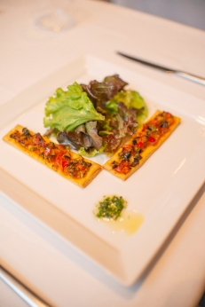 Tartine de ratatouille com mesclun de folhas ao molho mostarda_La Varenne