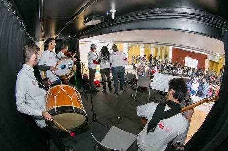 Onibus palco - apresentacao musical