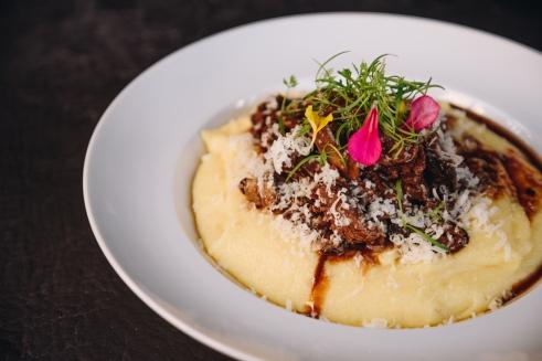 Polenta cremosa com tiras de mignon ao molho de funghi, cogumelos frescos e salsa de trufa preta_GastroNight +55 Bar