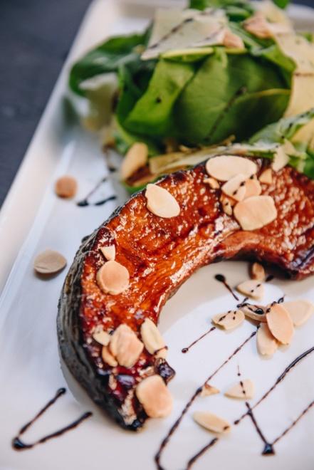 Salada de abóbora cabotian glaceada, rúcula, amêndoas lâminadas e lascas de queijo da Serra da Canastra_GastroNight +55 Bar