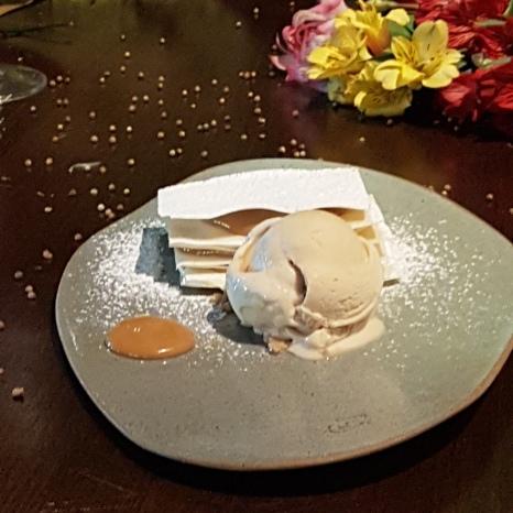 Sobremesa mil folhas de doce de leite caseiro com nata fresca e sorvete artesanal de caramelo