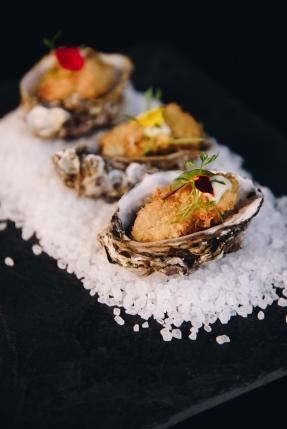 Trio de ostras empanadas com aiöli de wasabi_GastroNight +55 Bar