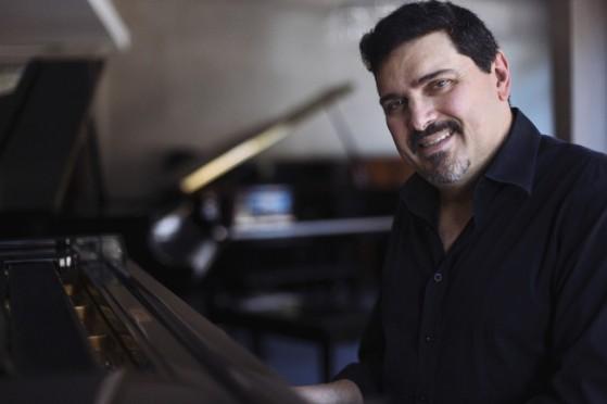 Marco Bernardo, pianista e cantor - Foto Otavio Dias MR (1)