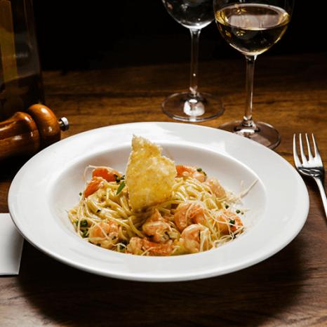 Spaghetti com camarão e crisp de parmesão - Bar do Victor
